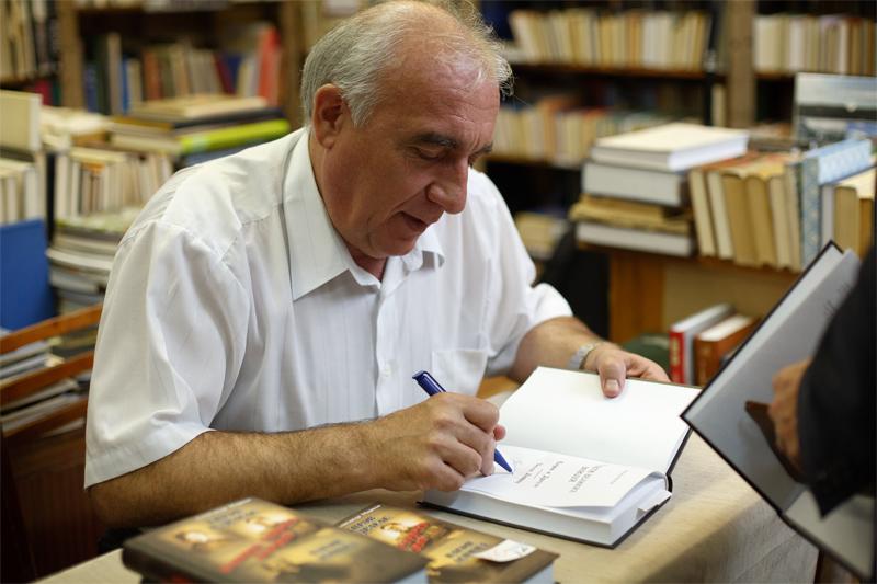 Александр Анатольевич подписывает книгу